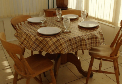 140cm ROUND PVC/VINYL TABLECLOTH - CHOCOLATE BROWN & CREAM cheque WITH HEARTS